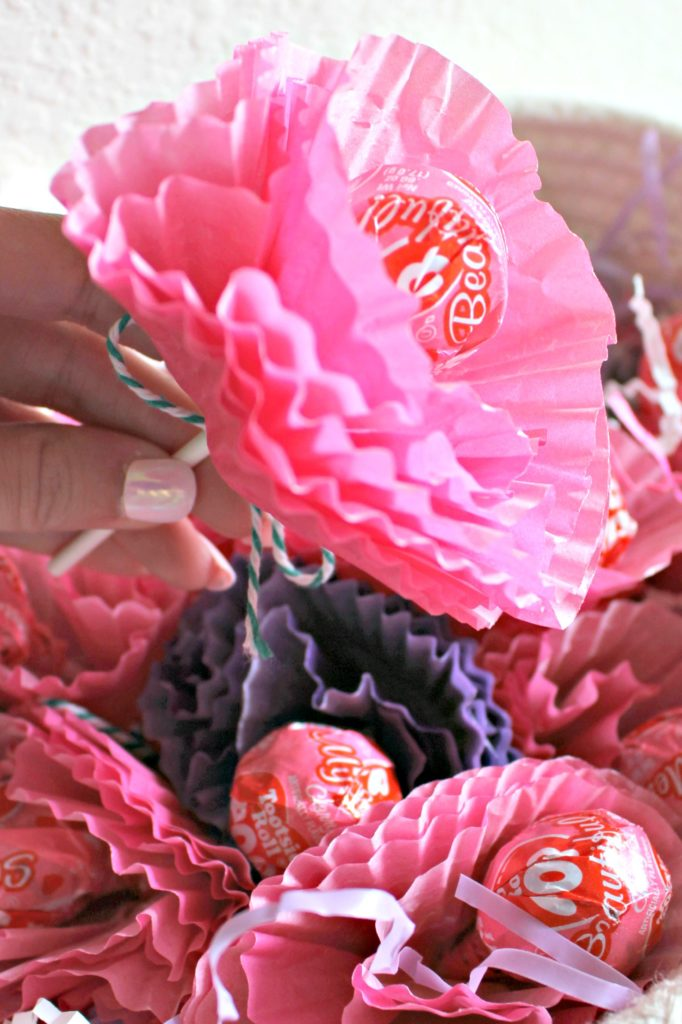 These Lollipop Flowers Make the Cutest Classroom Treat for Valentine's Day Gifts! #ValentinesDay